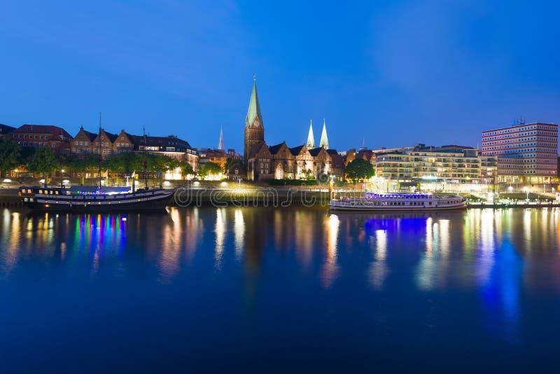 Cityscape av natten Bremen royaltyfri fotografi