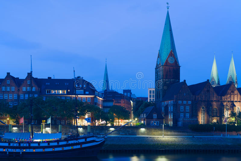 Cityscape av natten Bremen i sommar royaltyfri bild