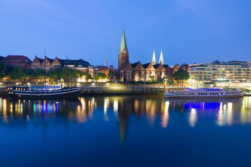 Cityscape av natten Bremen i sommar arkivbilder