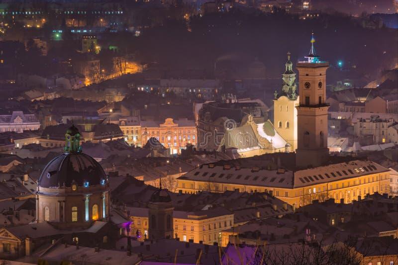 Cityscape av natten Lviv arkivfoton