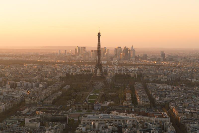Cityscape av Paris med Eiffeltorn på solnedgången arkivbilder