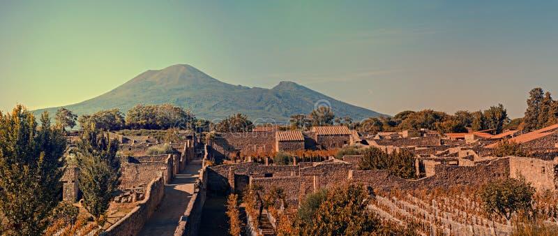 Cityscape av Pompeii med Mt Vesuvius på solnedgången royaltyfria bilder
