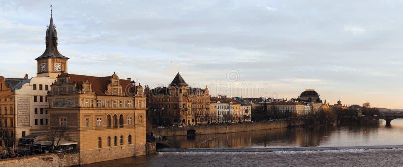Cityscape av Prague med Moldavien arkivbild