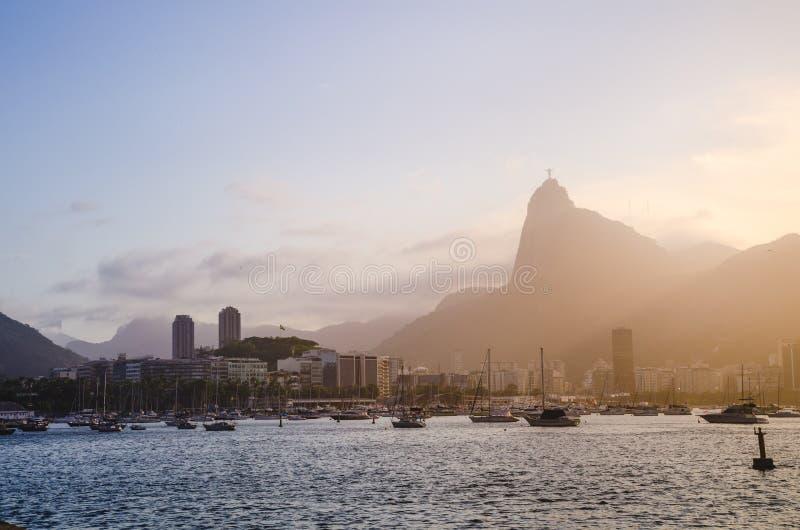 Cityscape av Rio de Janeiro under solnedgången arkivbilder
