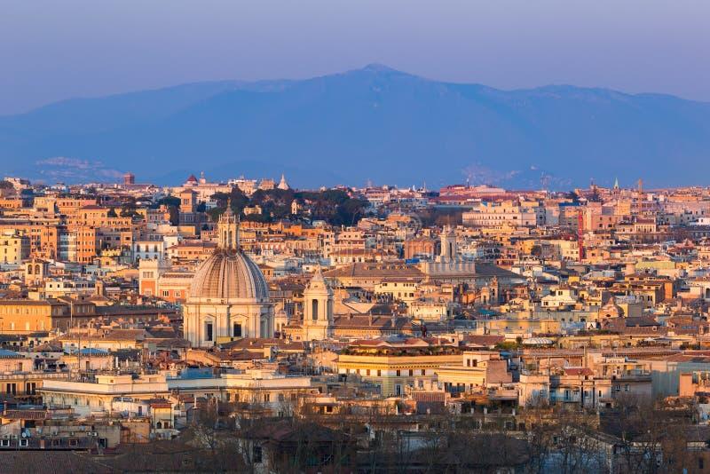Cityscape av Rome, Italien, på solnedgången i höst, en sikt från den Gianicolo Janiculum kullen royaltyfria bilder