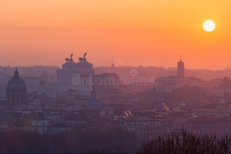 Cityscape av Rome, Italien, på solnedgången i höst, en sikt från den Gianicolo Janiculum kullen royaltyfri fotografi