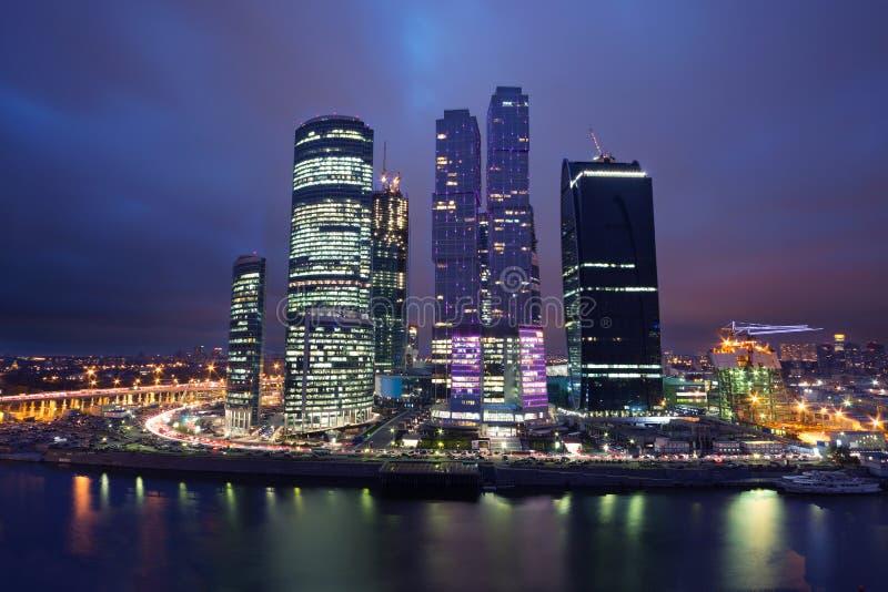 Cityscape av skyskrapor av Moskvastaden i natten fotografering för bildbyråer