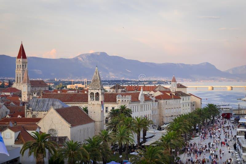 Cityscape av trogirstaden i Kroatien på 2018 sommar härlig solnedgång arkivbild