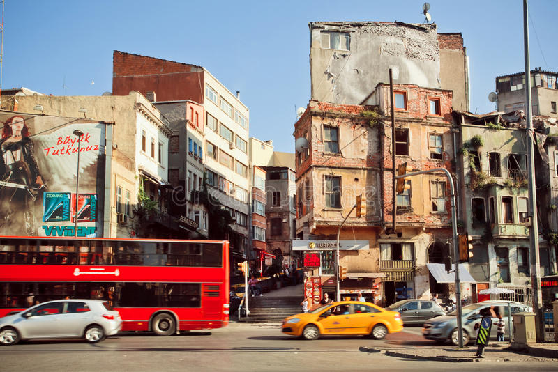 Cityscape av turkisk huvudstad med den upptagna gatan och lantliga väggar royaltyfri foto
