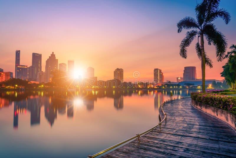 Cityscape beeld van Benchakitti-Park bij zonsondergang in Bangkok royalty-vrije stock afbeelding