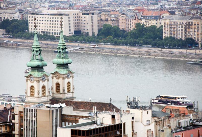 Cityscape beeld van Boedapest in de zomer Een deel van beide banken van de rivier van Donau, het Hongaarse Parlementsgebouw op ac stock afbeeldingen