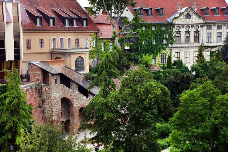 Cityscape beeld van Boedapest in de zomer Mooie historische gebouwen in Buda, Gellert-heuvel stock foto's