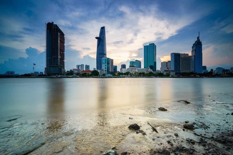 Cityscape in bezinning van Ho Chi Minh-stad bij mooie die zonsondergang, over Saigon-rivier wordt bekeken royalty-vrije stock afbeeldingen
