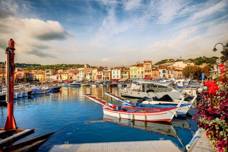 Cityscape con puerto deportivo en la bahía de Cassis resort. Francia, Provence imagen de archivo libre de regalías