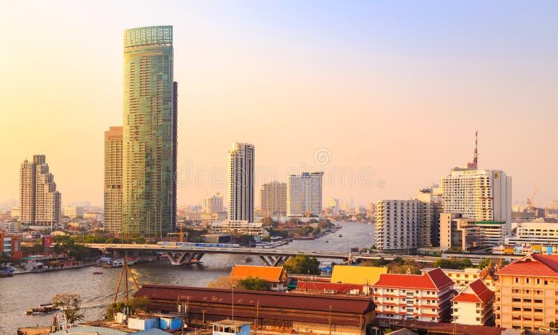 Cityscape en Chao Phraya River van Bangkok stock foto