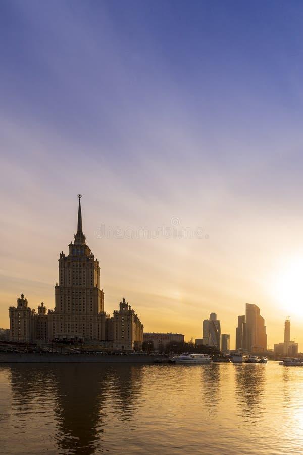 Cityscape en Landschap van Moskou van de binnenstad met Moderne wolkenkrabbers, de bureaubouw en Moskva-rivier over Zonsopganghem stock fotografie