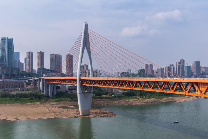 Cityscape en skyline in het centrum bij Chongqing Dongshuimen Bridge en Yangtze Chongqing stock afbeeldingen