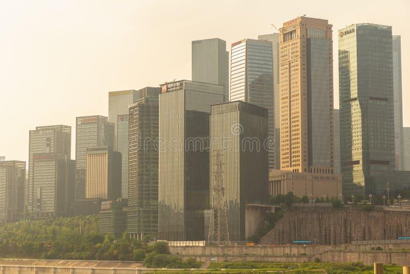 Cityscape en skyline in het centrum bij Chongqing Dongshuimen Bridge en Yangtze Chongqing, China stock foto's
