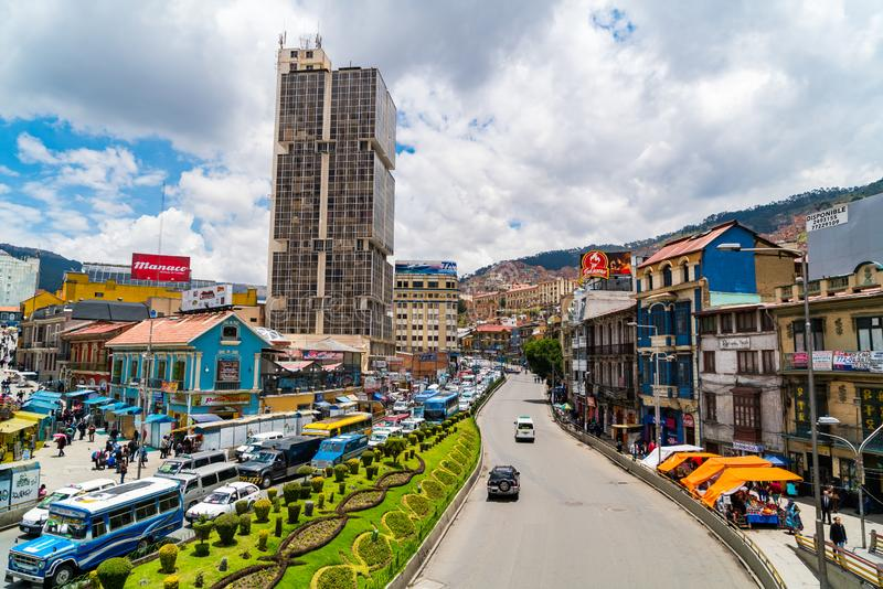 Cityscape en verkeer op de hoofdweg Avenida Ismael Montes van La Paz, Bolivië royalty-vrije stock afbeeldingen