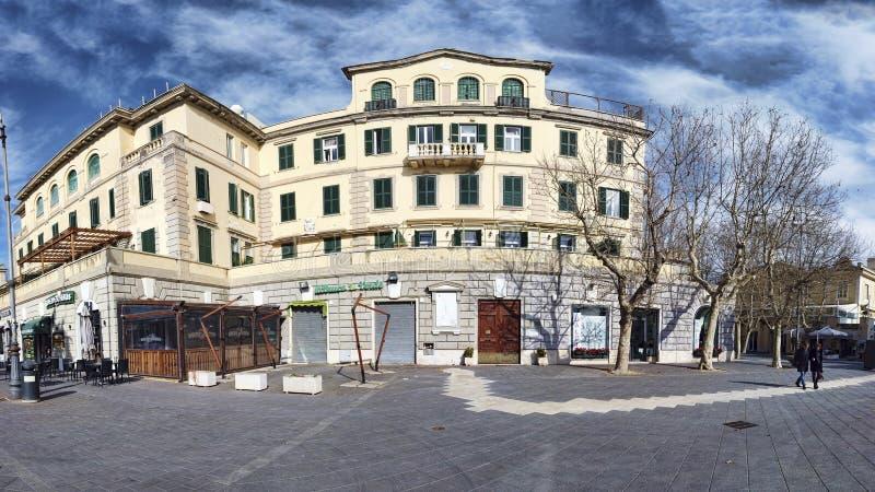 Cityscape en voorgevel van de historische bouw van Rome op een de winterdag met blauwe hemel en mooie wolken stock fotografie