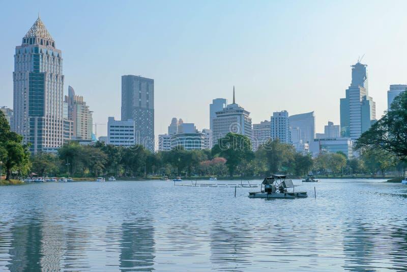 Cityscape för affärsområde från Lumpini Park är den av den viktiga staden parkerar det som in lokaliseras mellan den Silom och Su royaltyfria foton