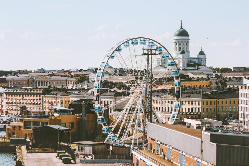 Cityscape för gränsmärken för flyg- sikt för Helsingfors stad touristic central populär royaltyfri foto