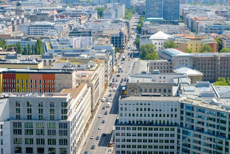 Cityscape - flyg- sikt av den Berlin staden - affärsområde fotografering för bildbyråer