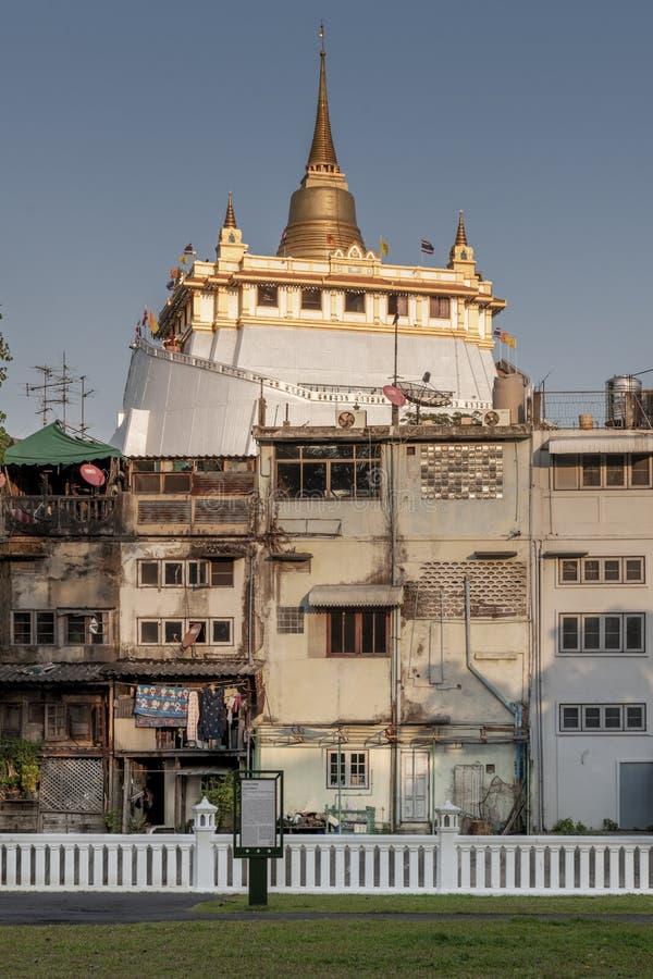 Cityscape fotoet av den guld- monteringen, Wat Saket, den berömda buddistiska templet av Bangkok, Thailand och fotoet sköts från  arkivfoto