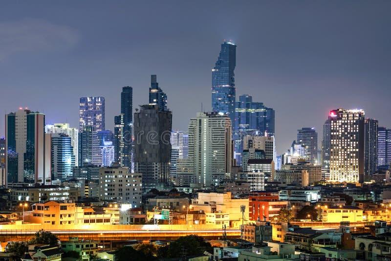 Cityscape gebouwen bij nacht in Bangkok stock afbeelding