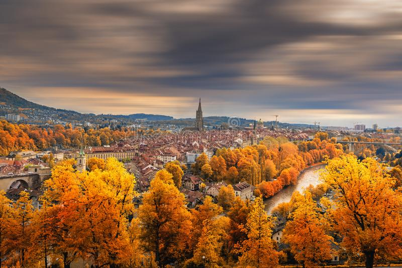 Cityscape Historical Architecture Building of Bern in Autumn Season, Zwitserland, Capital City Landscape Scenery and Historic Tow stock afbeelding