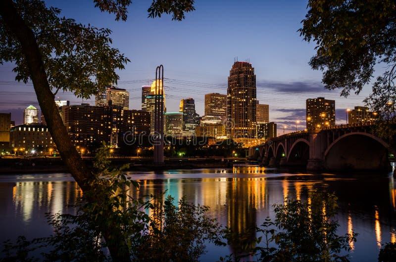 Cityscape horizon van Minneapolis Van de binnenstad Minnesota op het Tweelingstedenmetro gebied bij nacht stock afbeelding