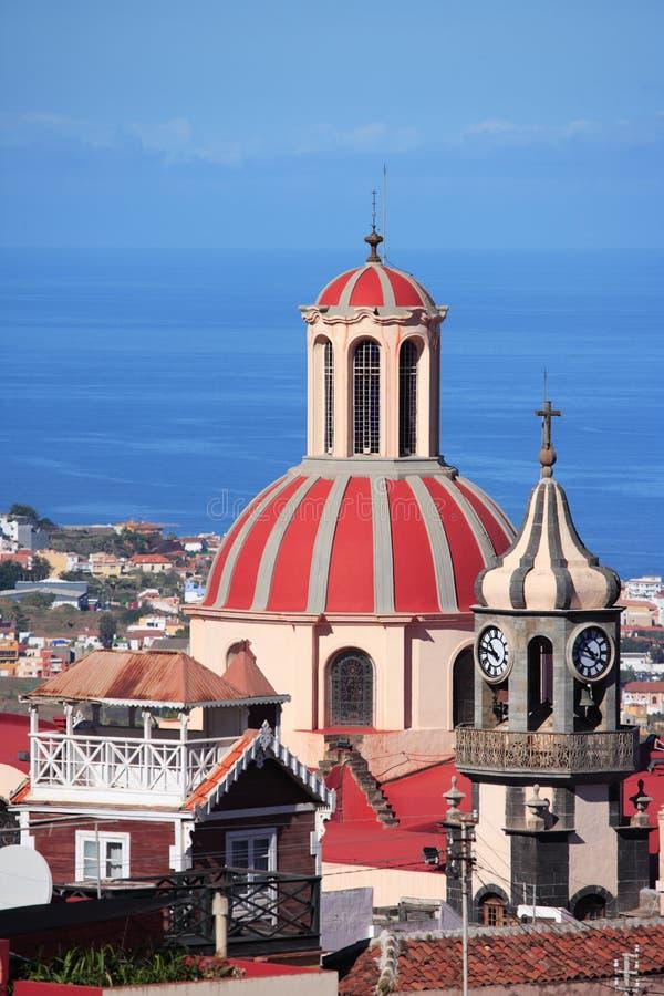 Cityscape, kerk en overzees stock afbeeldingen