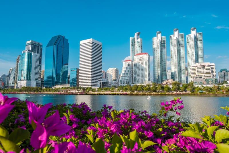 Cityscape, Landschap of de Hoge die Stijgingsgebouwen van Benjakiti wordt het gezien parkeren in Bangkok, Thailand stock foto's