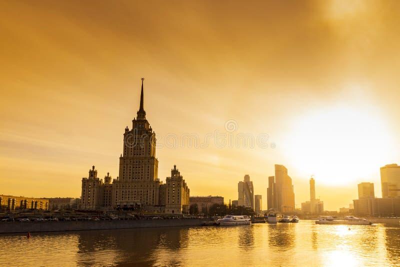 Cityscape & Landschap van Moskou van de binnenstad met Moderne wolkenkrabbers, de bureaubouw en Moskva-rivier over Zonsopgangheme stock afbeeldingen