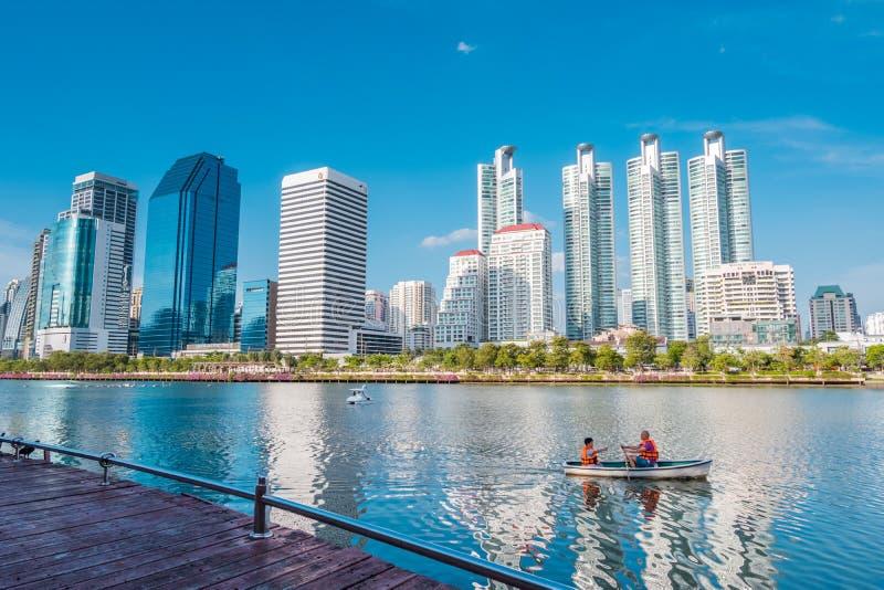 Cityscape, landskapet eller höga löneförhöjningbyggnader som ses från Benjakiti, parkerar i Bangkok, Thailand royaltyfri fotografi