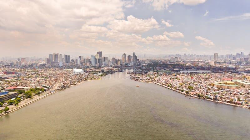 Cityscape Manilla Woonwijken en commercieel centrum in de stad, hoogste mening Grote havenstad stock afbeelding