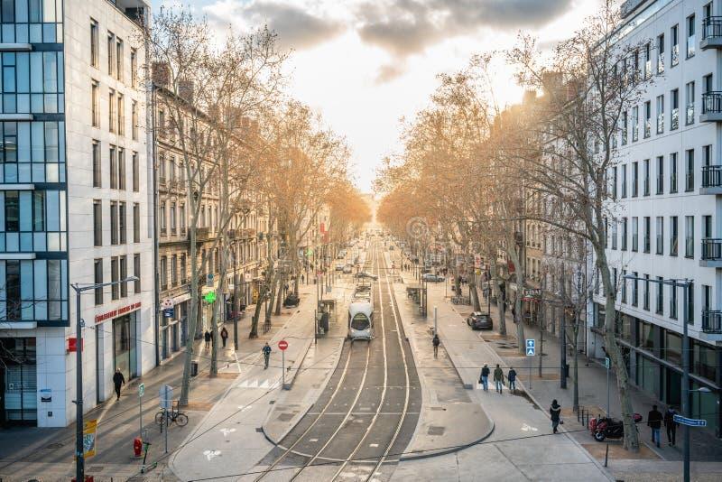 Cityscape med överblick över linjen Lyon T1 med solnedgång i andra stadsdelen Lyon France arkivfoto