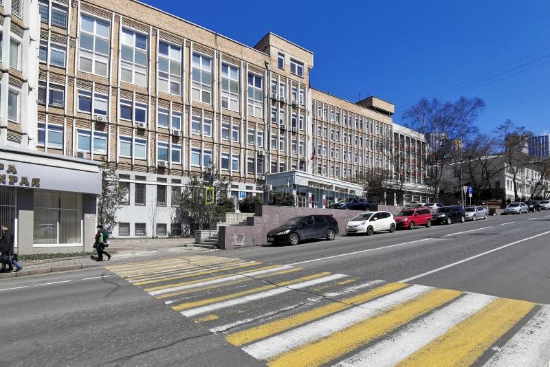 Cityscape med byggnaden av ?klagares kontor av Primorsky Krai p? den Fontannaya gatan royaltyfri bild