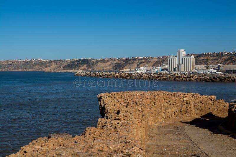 Cityscape med en fabrik i Safi, Marocko fotografering för bildbyråer