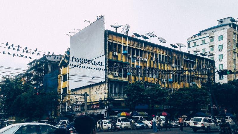 Cityscape med gammalt fördärvar arkitekturer i Yangon, Myanmar royaltyfria foton