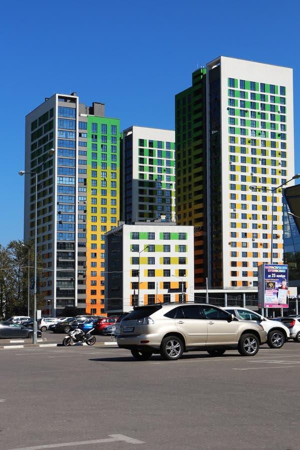 Cityscape med höga hus arkivfoton