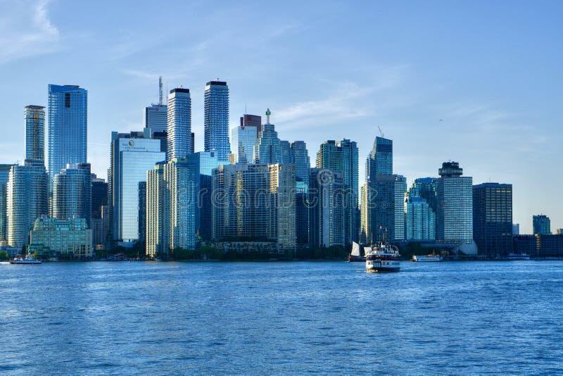 Cityscape med i stadens centrum skyskrapor av Toronto, Kanada royaltyfri foto