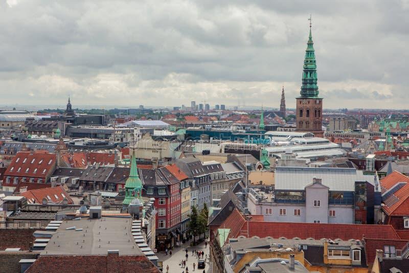 Cityscape med kyrkan av vår frälsare och Kunsthallen Nikolaj royaltyfri fotografi