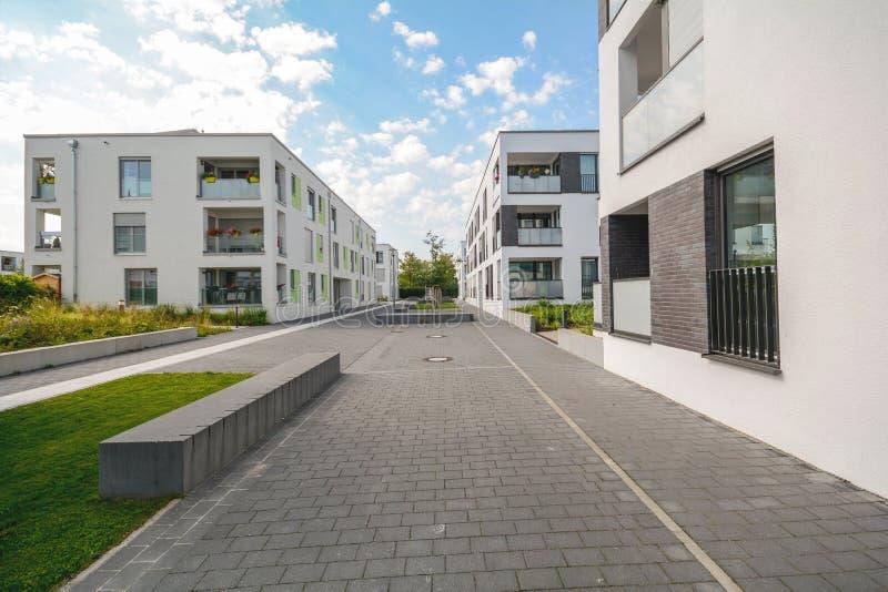 Cityscape med nya moderna bostads- byggnader arkivbilder