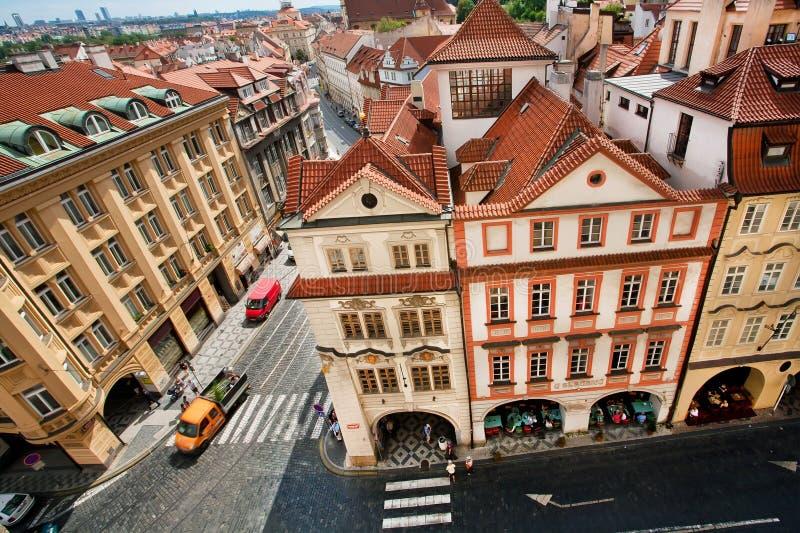 Cityscape med röda belade med tegel tak och barocka hus av den historiska staden Prague Register för UNESCOvärldsarv arkivbilder