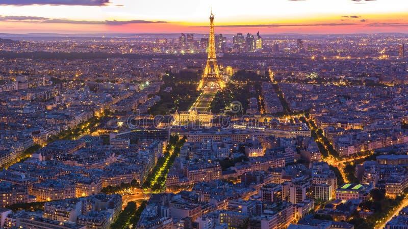 Cityscape med sikt av Eiffeltorn i Paris, Frankrike royaltyfri fotografi