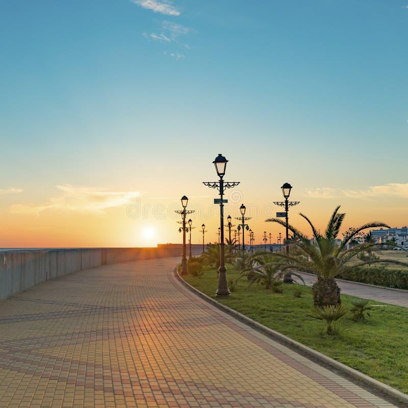 Cityscape med solnedgångsikt över stranden av semesterortstaden för russia sochi för 2014 2018 kopplekar olympic värld vinter royaltyfria bilder