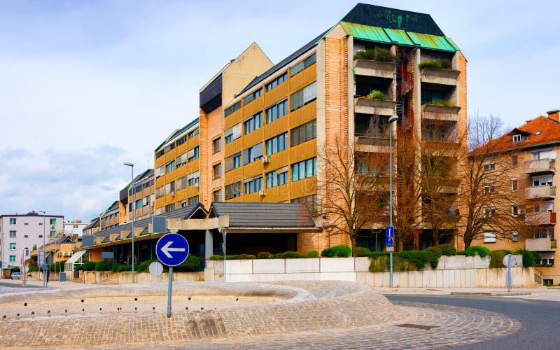 Cityscape med väg- och rondell- och husbyggnad Celje Slovenx reflex arkivbilder