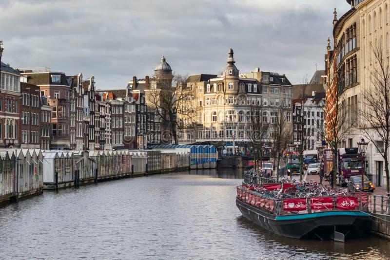 Cityscape - mening van Bloemenmarkt-bloemmarkt het drijven op aken, het Singel-kanaal, stad van Amsterdam stock fotografie
