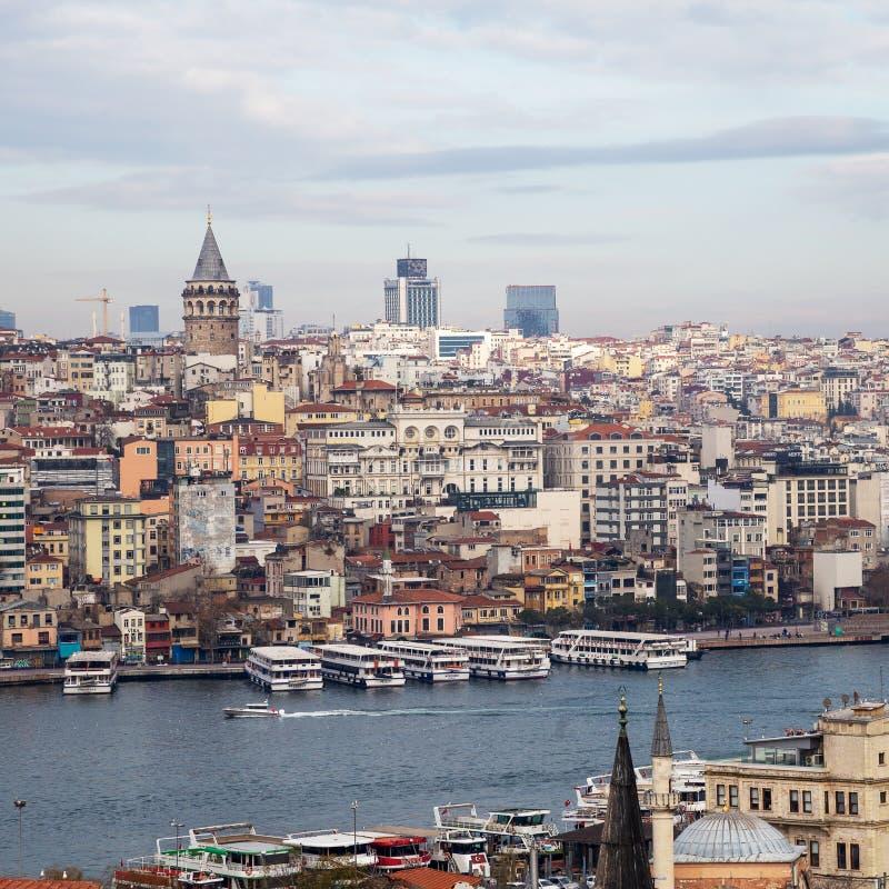 Cityscape met Galata-Toren en Golf van de Gouden Hoorn Samenstelling van de kleurrijke gebouwen met Galata-Toren Istanboel, Turki stock afbeelding